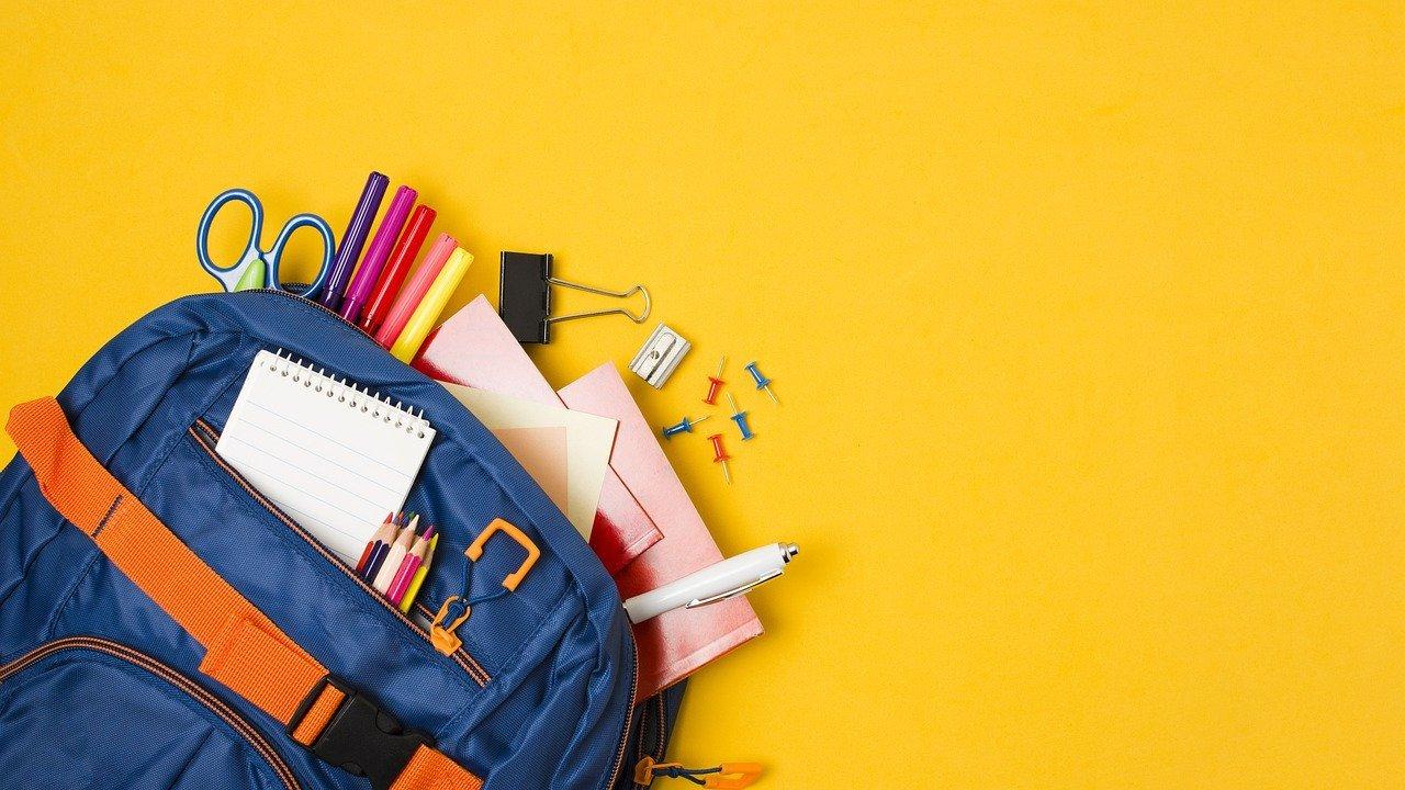 material escolar en mochila